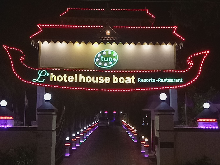 2-Tun-House-Boat-Front-Night-Inner-1